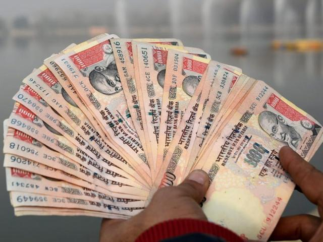 a-man-displaying-rupee-one-thousand-notes_03a2b2e6-a687-11e6-9005-31625660f15f